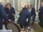 Лукашенко так увлекся разговором с Меркель, что не давал Путину пододвинуть стул (ВИДЕО)