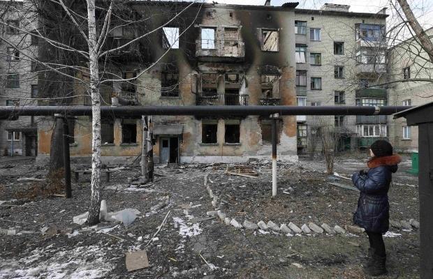 Последствия обстрелов боевиками Дебальцево. В подвалах нашли около 500 мертвых мирных жителей (ВИДЕО)