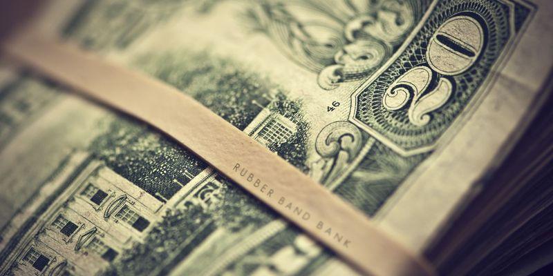 На 1,29 гривны сегодня упал курс продажи доллара в обменниках