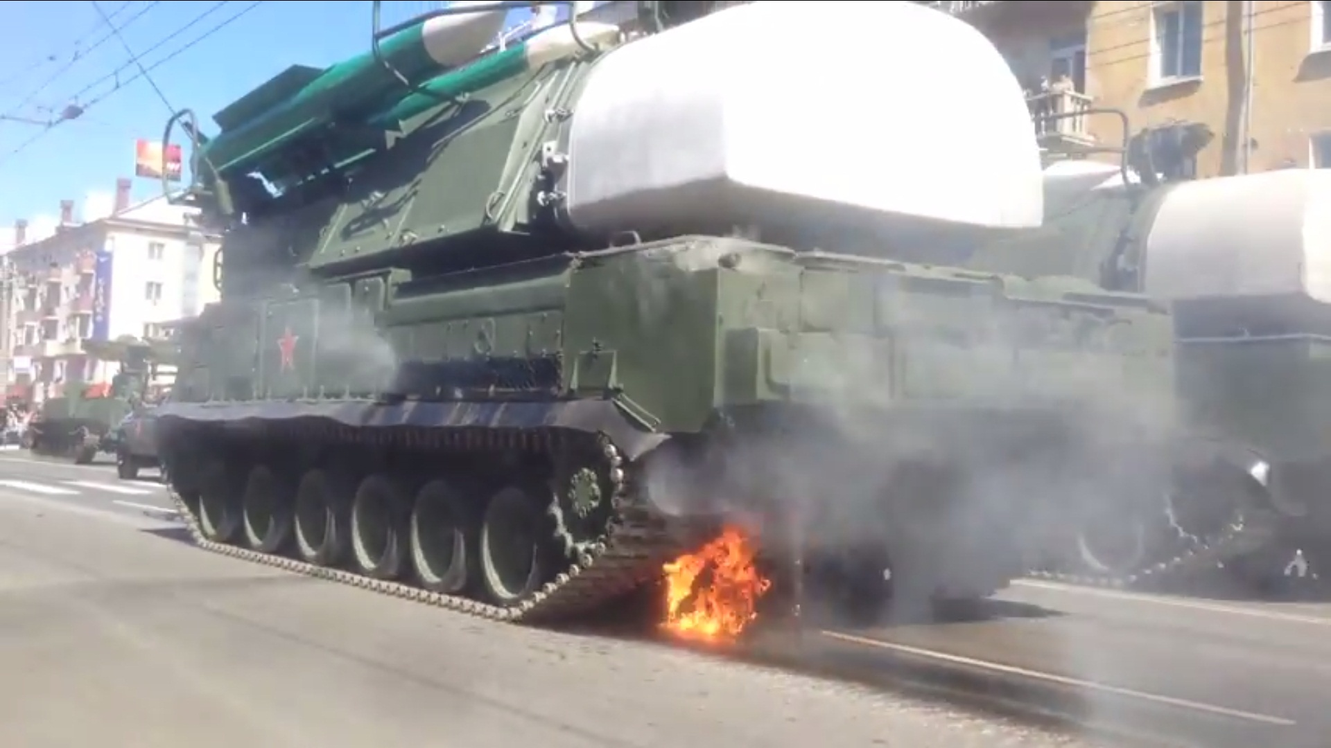 Вот она вся слава ВС РФ! Прямо во время парада Победы загорелся их прославленный БУК (ВИДЕО)