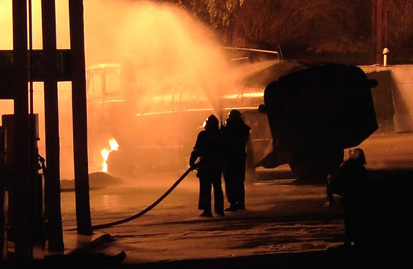 ВНИМАНИЕ ЧП! В Сватово Луганской области загорелись склады с боеприпасами. В городе сильные взрывы даже пропала мобильная связь