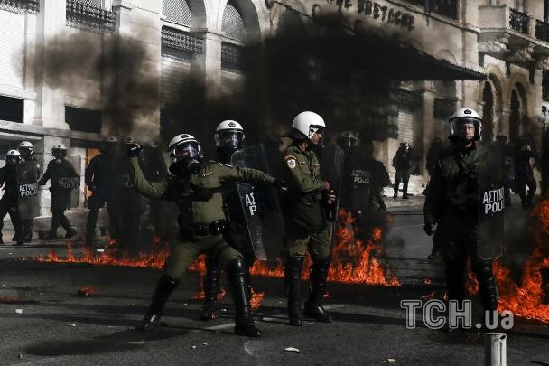 """МАЙДАН В ГРЕЦИИ! Полиция против протестующих сошлись в боях, во всю летают """"коктейли Молотова"""" (ВИДЕО)"""