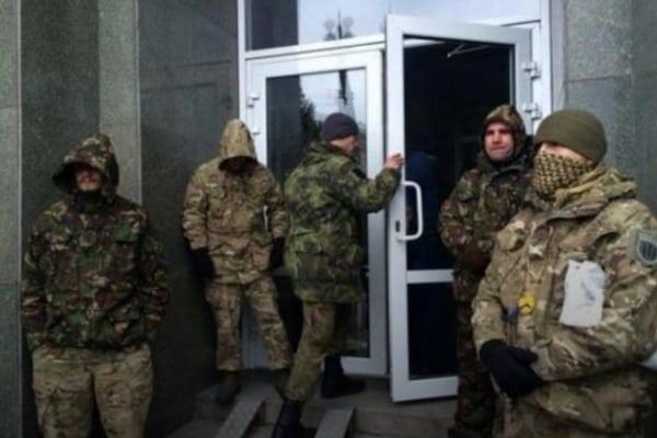 """СИТУАЦИЯ НАКАЛИЛАСЬ ДО ПРЕДЕЛА: Активистам которые захватили отель """"Козацкий"""" поставили ультиматум!"""