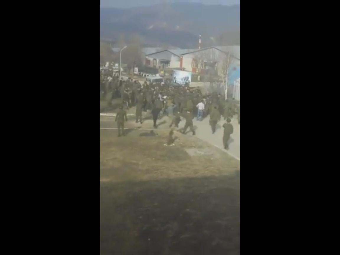 """Сотня чеченцев под критики: """"Никогда мы не будем братьями"""", до полусмерти избили 25 русских солдат и их комбата в одной из воинских частей (ВИДЕО)"""