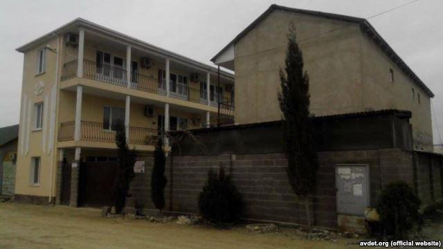 В Судаке оккупанты нагнали много техники и около сотни силовиков для сноса жилых домов татар (ВИДЕО)