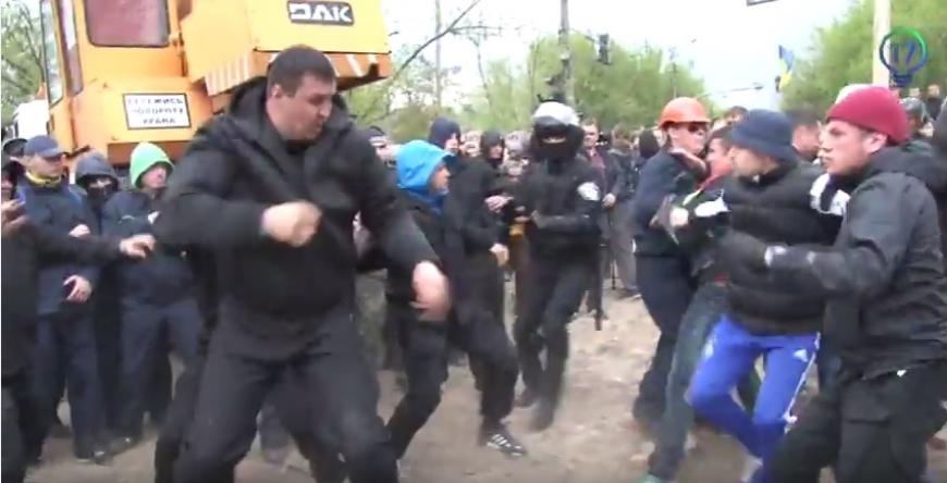 В Киеве сильнейшая драка, титушки побили активистов которые мешали незаконной застройке (ВИДЕО 18+)