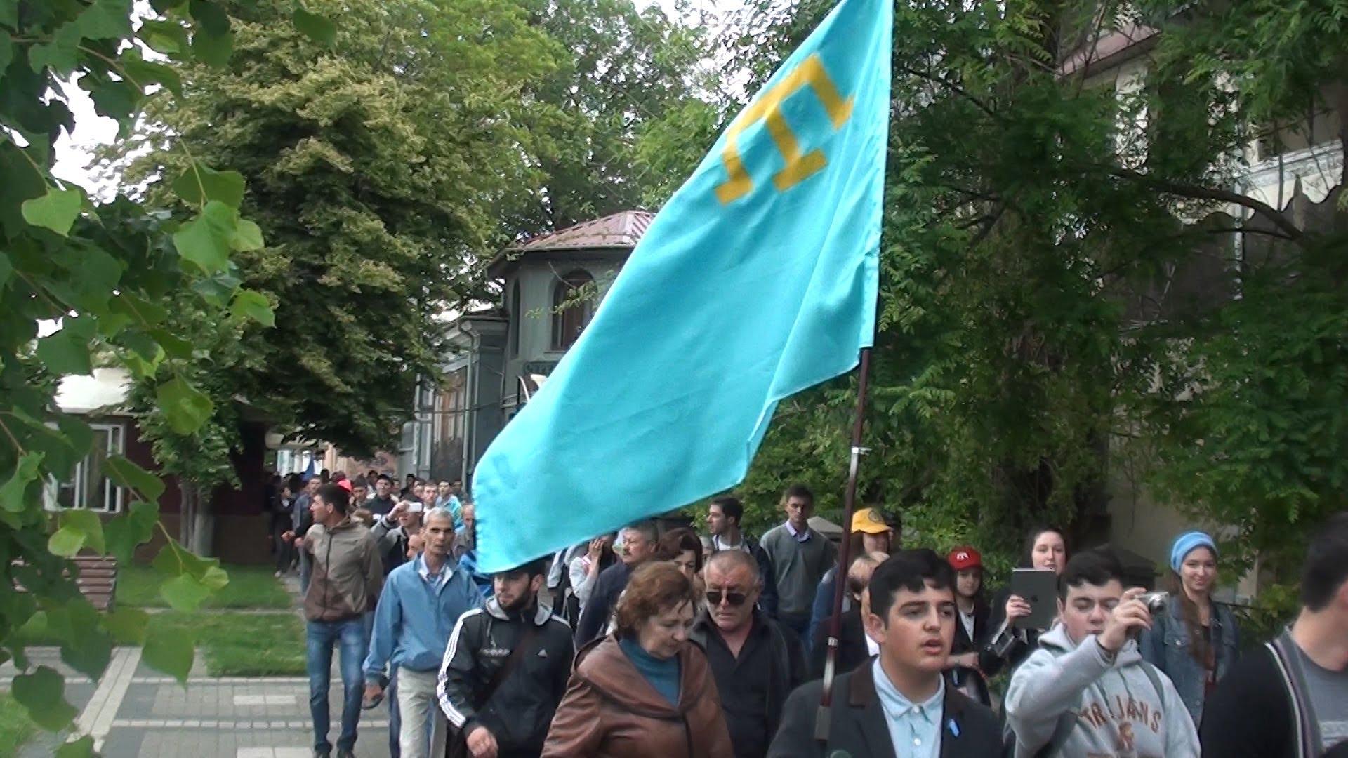 """Массовая драка в Бахчисарае! Местная """"самооборона"""" и полиция набросилась на крымских татар из-за флагов Меджилиса, но отгребла по полной"""