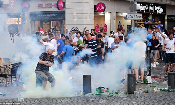 ГРОМКИЙ СКАНДАЛ НА ЕВРО! В Марселе английские фанаты наваляли рашистам, которые полезли на них с кулаками (ВИДЕО)