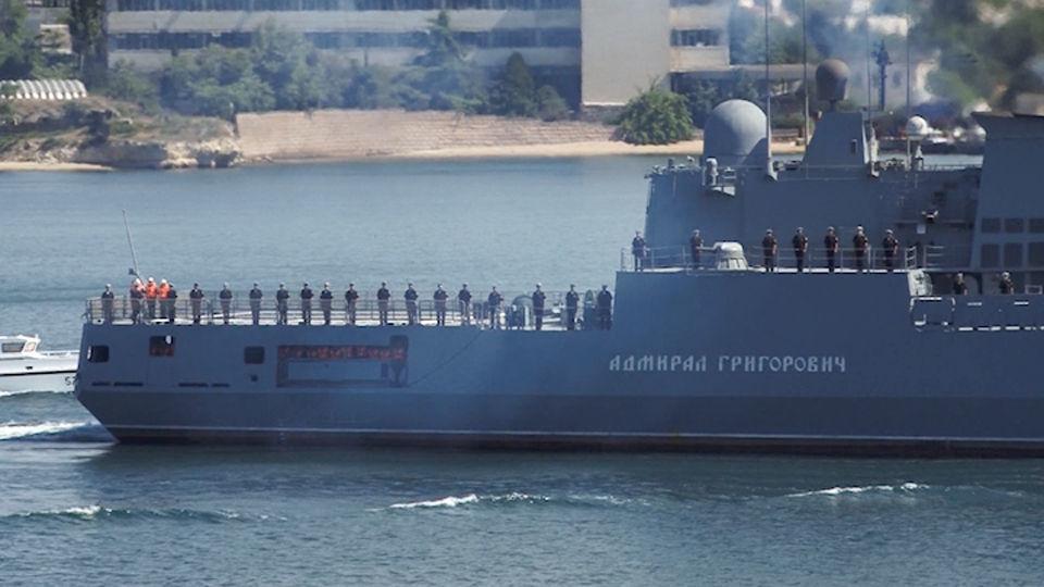 В оккупированном Крыму едва не утонул новый российский военный фрегат. Причаливая потопил несколько дорогущих яхт (ВИДЕО)