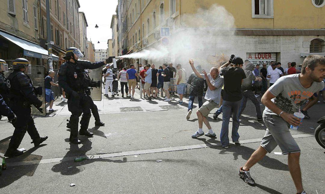 """Полиция Франции взялась за российских болельщиков. Россиян прямо в номерах """"вяжут"""""""