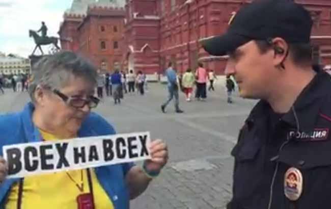 """""""Вы одеты как эсэсовец"""" - интернет покоряет смелая протестующая россиянка одетая в сине-желтом (ВИДЕО)"""