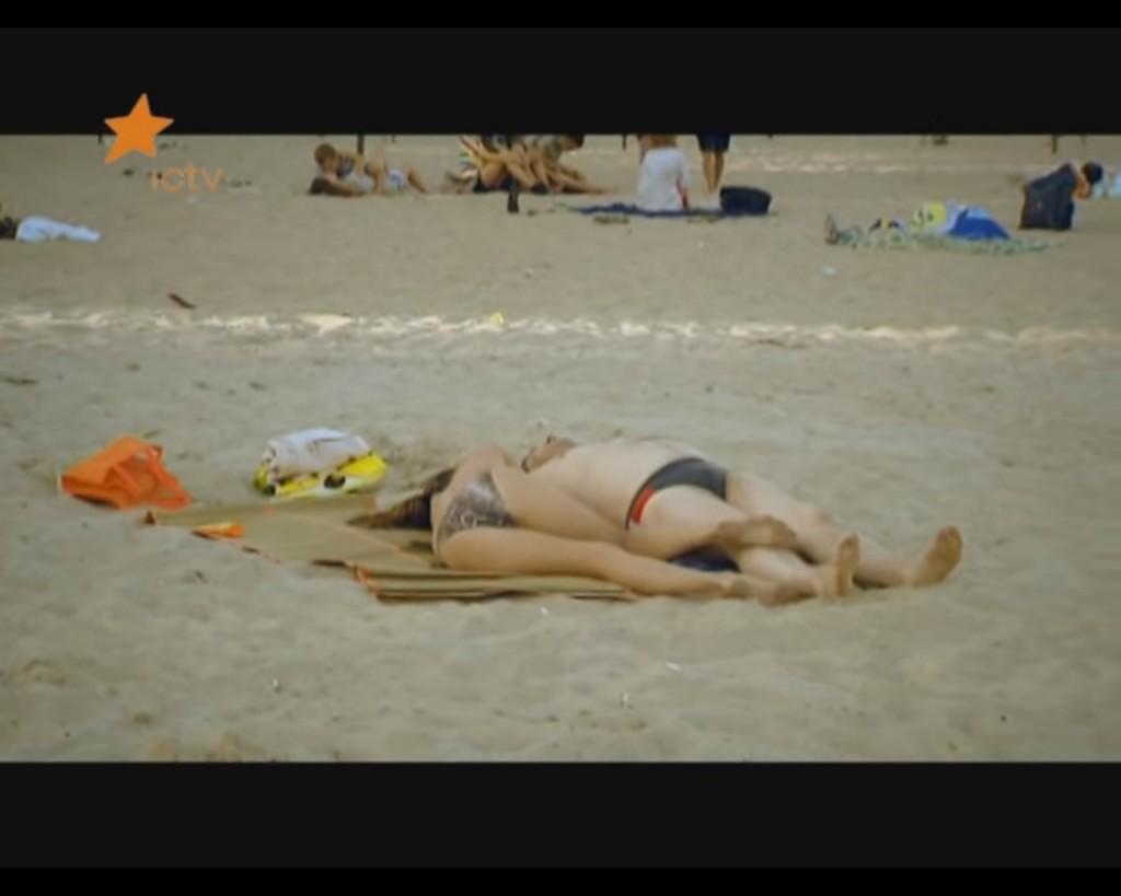ЮМОРИСТИЧЕСКИЙ РАЗРЫВ! Как на киевском пляже голая девушка засыпала возле незнакомых мужчин (ВИДЕО)