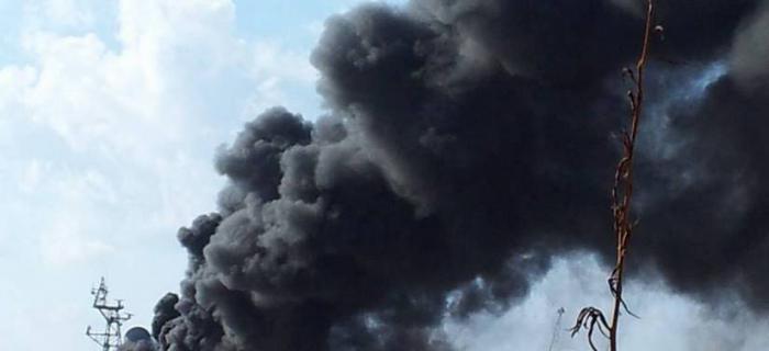 ПЫЛАЕТ ДО НЕБЕС! В Петербурге горит военный корабль (ВИДЕО)