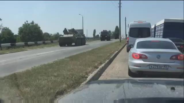 """Россия стягивает большие войска в Крыму! Идут большие колоны военной техники, простых автомобилистов сильно """"шмонают"""", люди недовольны но боятся (ВИДЕО)"""