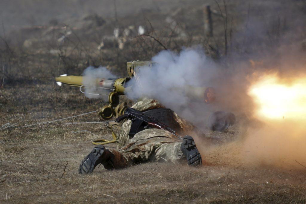A newly mobilized Ukrainian paratrooper fires an anti-tank grenade launcher during a military drill near Zhytomyr April 9, 2015. REUTERS/Valentyn Ogirenko