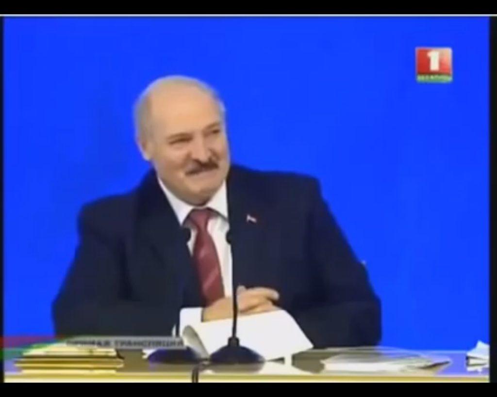 Как Лукашеко угорал от анекдота про себя, Обаму и Медведева (ВИДЕО)