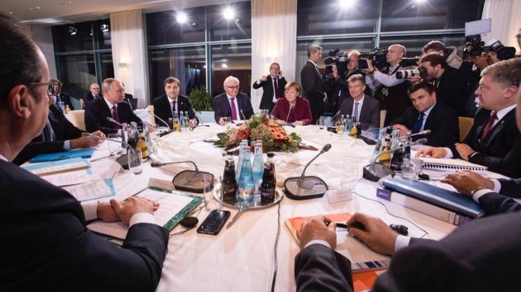 """""""Слыш урод, стрелять прекрати"""" - на Путина набросились на встрече """"Нормандской четверке"""""""