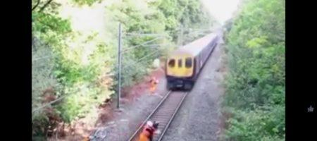 Камера наблюдения засняла невероятное спасение железнодорожником неаккуратного гражданина (ВИДЕО)