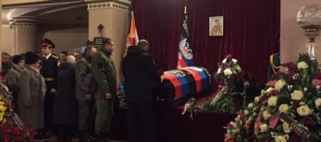 РАЗРЫВ СЕТИ! Захарченка в стиле Януковича, на похоронах Гиви, ушатал венок (ВИДЕО)