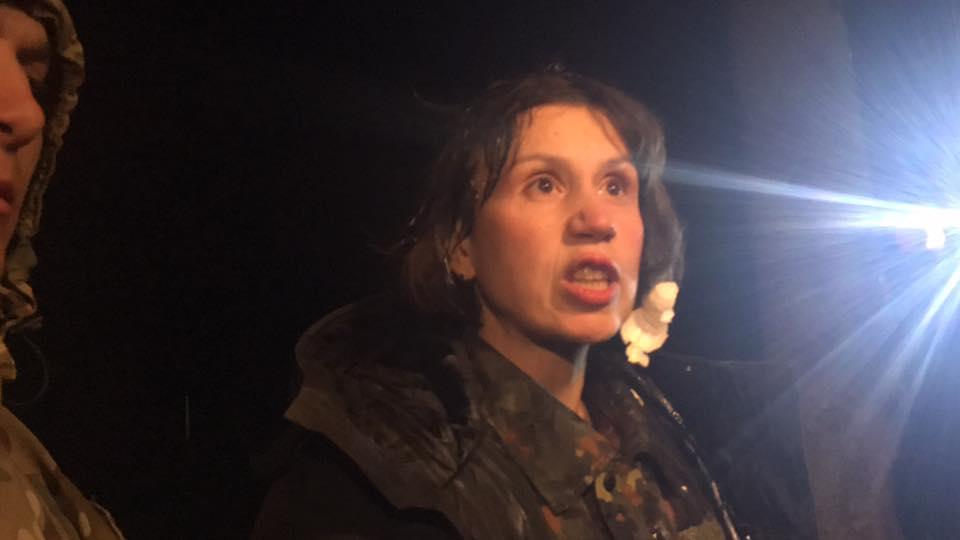 """Нардеп Чонровіл отримала ляпаса і була закидана яйцями під супровід """"гярячіх"""" слів активістами блокади ОРДЛО (ВІДЕО 18+)"""