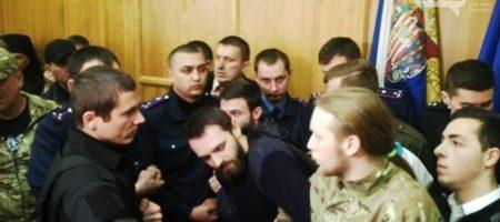 В Ужгороде священники Московского патриархата попытались блокировать сессию горсовета, и подрались с АТОшниками (ВИДЕО)
