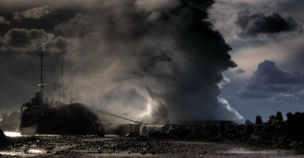 """""""СветНаш пропал!"""" Штормовой ветер разрушил открытый Путиным энергомост в Крыму"""