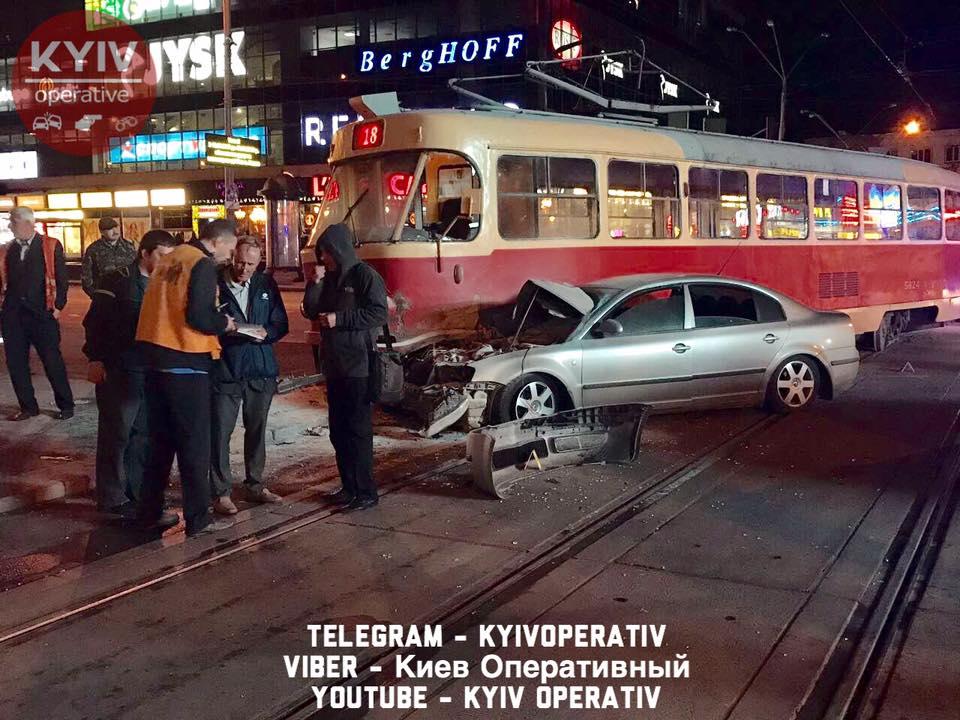 В результаті ДТП на площі Перемоги в Києві, до лікарні потрапив нардеп Барна (ВІДЕО)