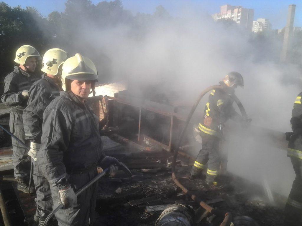 На столичной Оболони утром горели склады металлопластиковыми окнами (ФОТО)