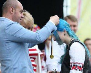 Інтернет користувачі розшукують незвичайну випускницю з Тернополя