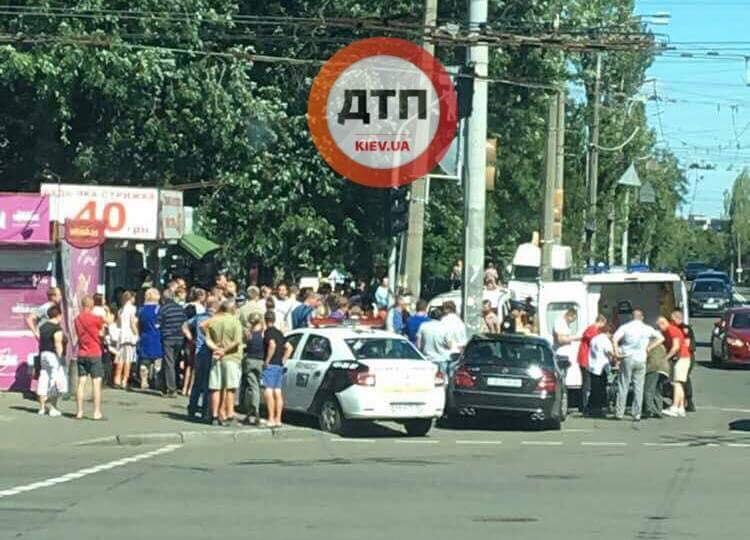 В Киеве Мерседес влетел в толпу, есть пострадавшие