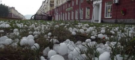 Сильнейший ливень с градом обрушился на Москву. Много разрушений и побитых авто (ВИДЕО)