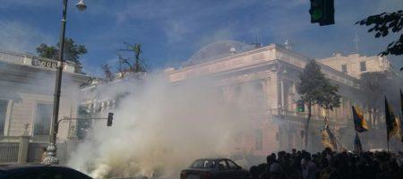 Под стенами Рады снова протесты, вход пошли дымовые шашки (ФОТО)