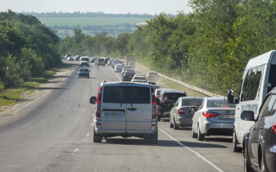 Український водій на дорогій іномарці провчив автохамів (ВІДЕО)