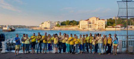 В окупованному Росією Севестополі небайдужі влаштували патріотичний флешмоб до Дня Прапора України (ФОТО)