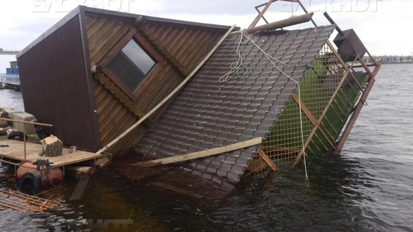 В российском Волгограде, плавучая баня утонула вместе с посетителями (ВИДЕО)