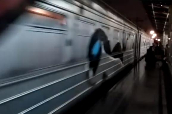 У Києві близько пів сотні невідомих у масках із битами зупинили потяг, та розмалювали його вагони (ВІДЕО)