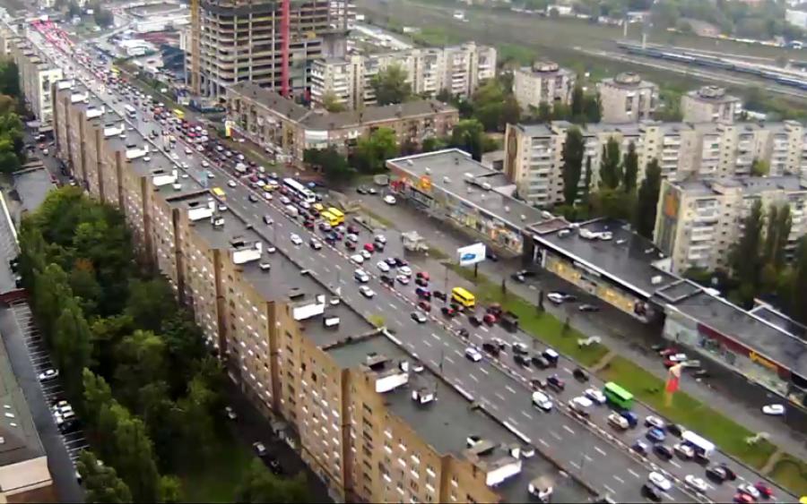 Швидка у Києві потрапила у великий затор, а реакція водіїв шокувала експертів та соцмережі