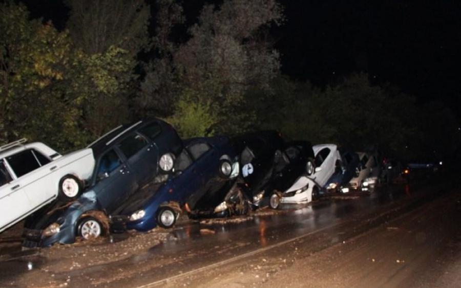 Помста природи в Криму: жахливий потоп змив авто, доріг немає, оголошенно НС (ВІДЕО)