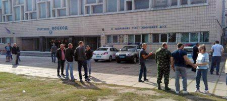 В Киеве толпа титушек пыталась захватить спортклуб: много раненных (ВИДЕО)