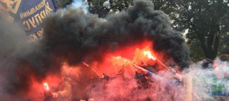 ВЗРЫВЫ ПОД РАДОЙ! Под зданием парламента массовые беспорядки, летят дымовые шашки, слышны взрывы (ФОТО + ВИДЕО)