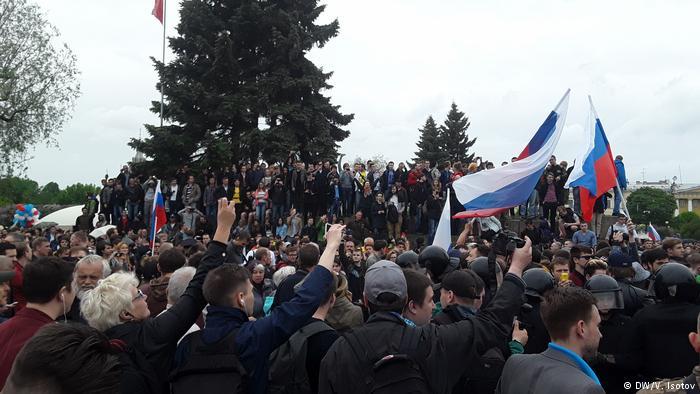 ВСЕРОССИЙСКИЙ ПРОТЕСТ! Люди выступают за Навального и законно требуют отставки Путина в его день рождения (ВИДЕО)