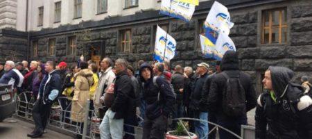 Протесты под ВР набирают обороты: заблокированы выходы из парламента и комитетов