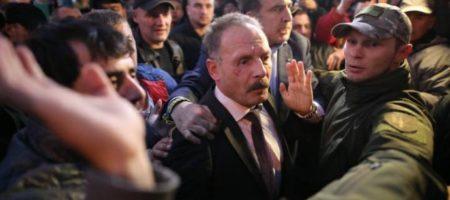 """На работу, падло!"" Нардепа Барну едва не растерзали митингующие под ВР, его спас Саакашвили (ВИДЕО)"