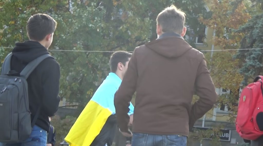 """ПРОВАЛ! """"На самом деле полиция изъяла у нас флаг и некоторые видео. И предупредила"""" На России соц эксперимент с украинским флагом обернулось провалом (ВИДЕО)"""