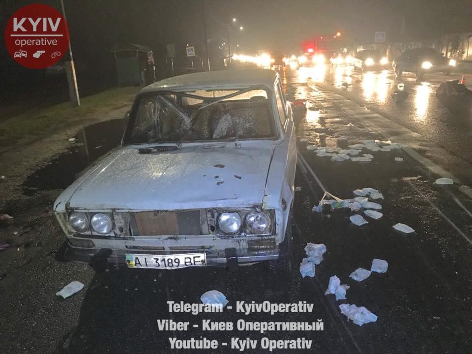"""В селе Лютиж в Вышгородском районе водитель внедорожника сбил трех женщин на пешеходном переходе. Одна женщина погибла на месте, вторая умерла в машине скорой, а третья срочно госпитализирована. Об этом сообщает """"Киев оперативный"""". """"По предварительной информации, три женщины переходили дорогу на пешеходном переходе. Их не заметил водитель серебристого внедорожника, который ехал в направлении Киева, и сбил всех троих. От удара их отбросило во встречный автомобиль ВАЗ"""", - говорится в сообщении. Сразу после аварии водитель серого джипа скрылся с места событий, не сбавляя скорости. Отмечается, что виновник ДТП, вероятно, ехал на автомобиле марки Mitsubishi или Honda. Номерных знаков никто не запомнил. По словам местных жителей, пострадавшие пешеходы - ромы, проживающие рядом. На месте работает следственно-оперативная группа. Продолжаются мероприятия, направленные на задержание водителя-преступника. Движение транспорта после ДТП было сильно затруднено в обоих направлениях."""