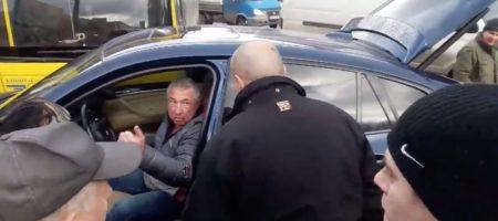 Киевляне совершили самосуд над автохамом на BMW X6, который припарковался посреди дороги (ВИДЕО 18+)