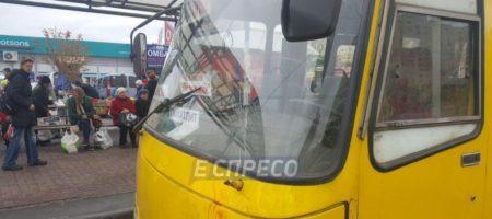 Снова жуткое ДТП: В Киеве маршрутка врезалась в толпу людей на остановке, есть погибшие (ФОТО)