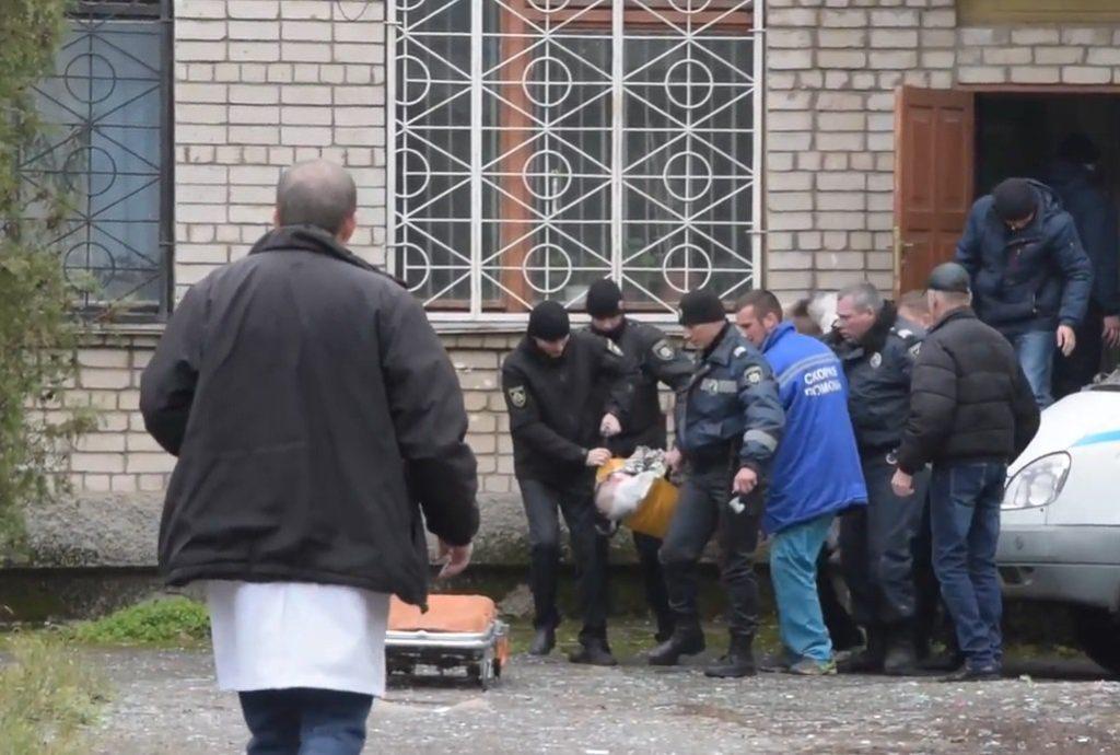 СРОЧНО! В Никопольском суде мужчина взорвал несколько гранат! Несколько погибших, множество раненных (ВИДЕО)