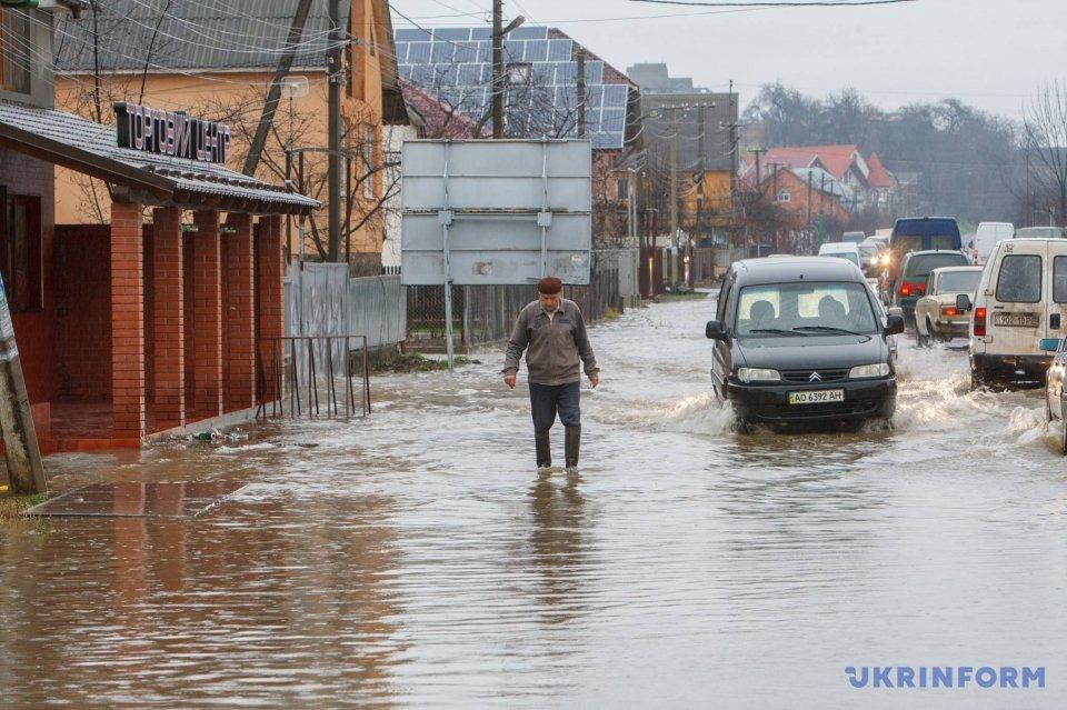 Через великий паводок на Закарпатті, рятувальники евакуювали уже 150 людей із власних осель