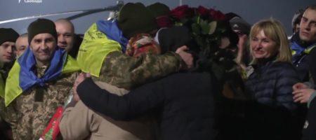 ВИДЕО ГОДА: украинцы освобожденные из плена боевиков не сдержались когда им массово исполнили гимн Украины в Борисполе